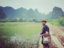 Backpacker vor den Yangshuo Bergen